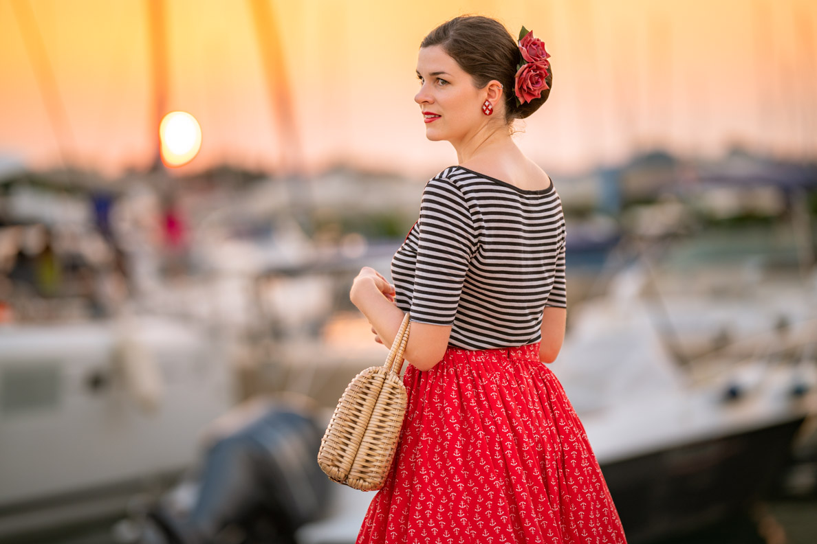 Vintage-Bloggerin RetroCat mit einem schwarz-weißen Streifen-Shirt von Grünten Mode am Hafen