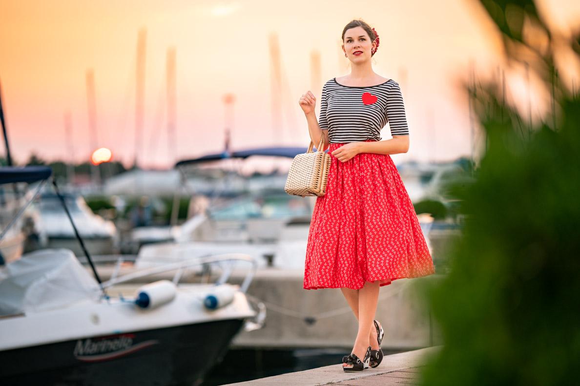 Vintage-Bloggerin RetroCat in einem maritimen Outfit mit Anker-Rock und Streifen-Shirt