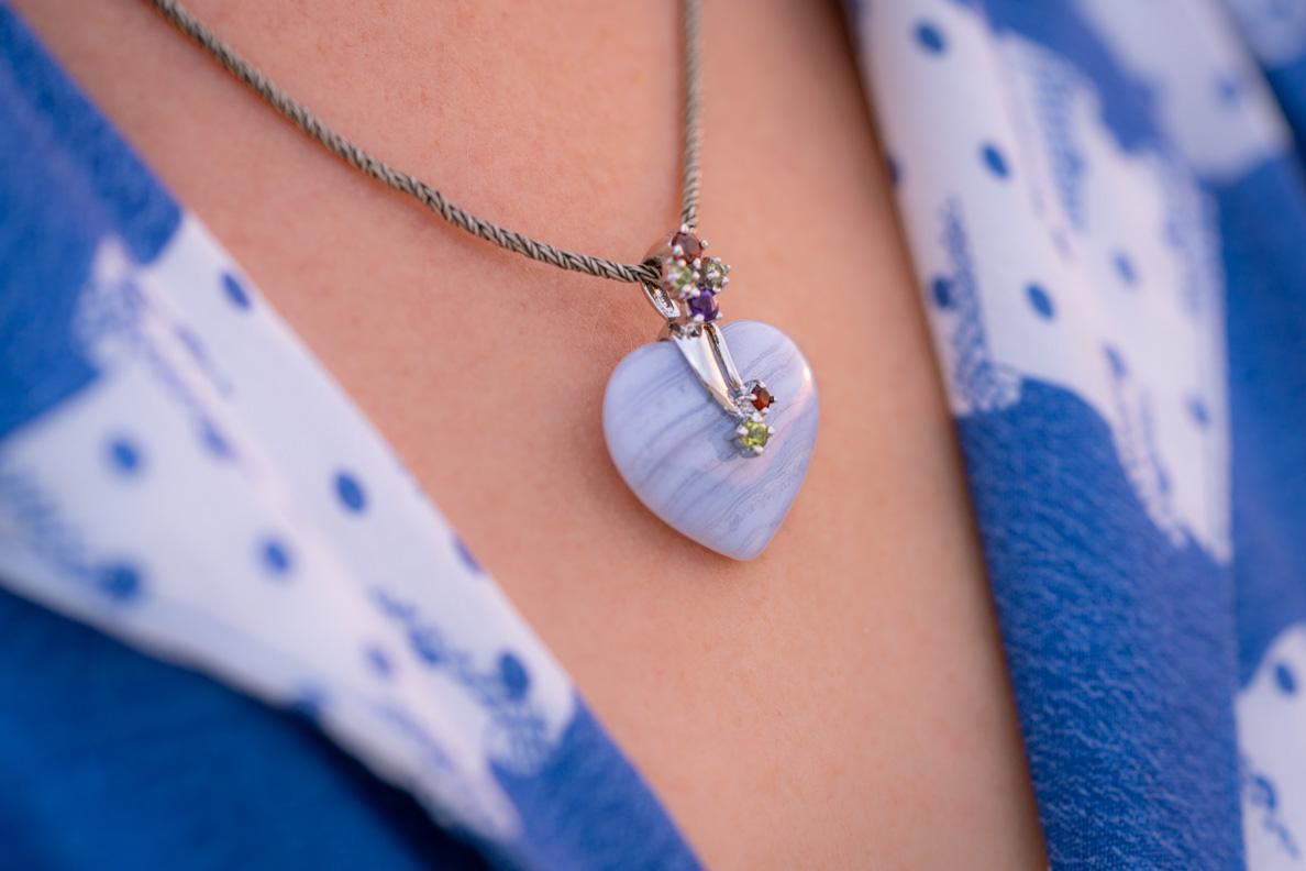 Fashion-Bloggerin RetroCat mit einem Chalcedon-Anhänger von Stoneberry