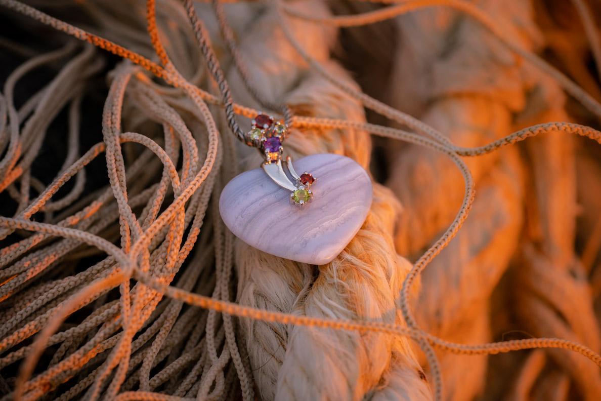 Eine Kette mit Edelsteinanhänger von Stoneberry