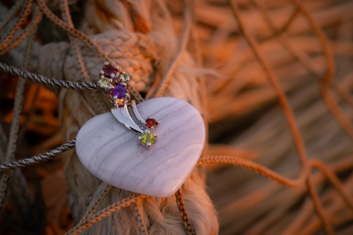 Ein Chalcedon-Herzanhänger von Stoneberry