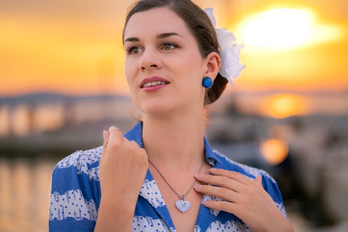 Vintage-Bloggerin RetroCat mit einer Chalcedon-Kette von Stoneberry und einem blauen Retro-Kleid