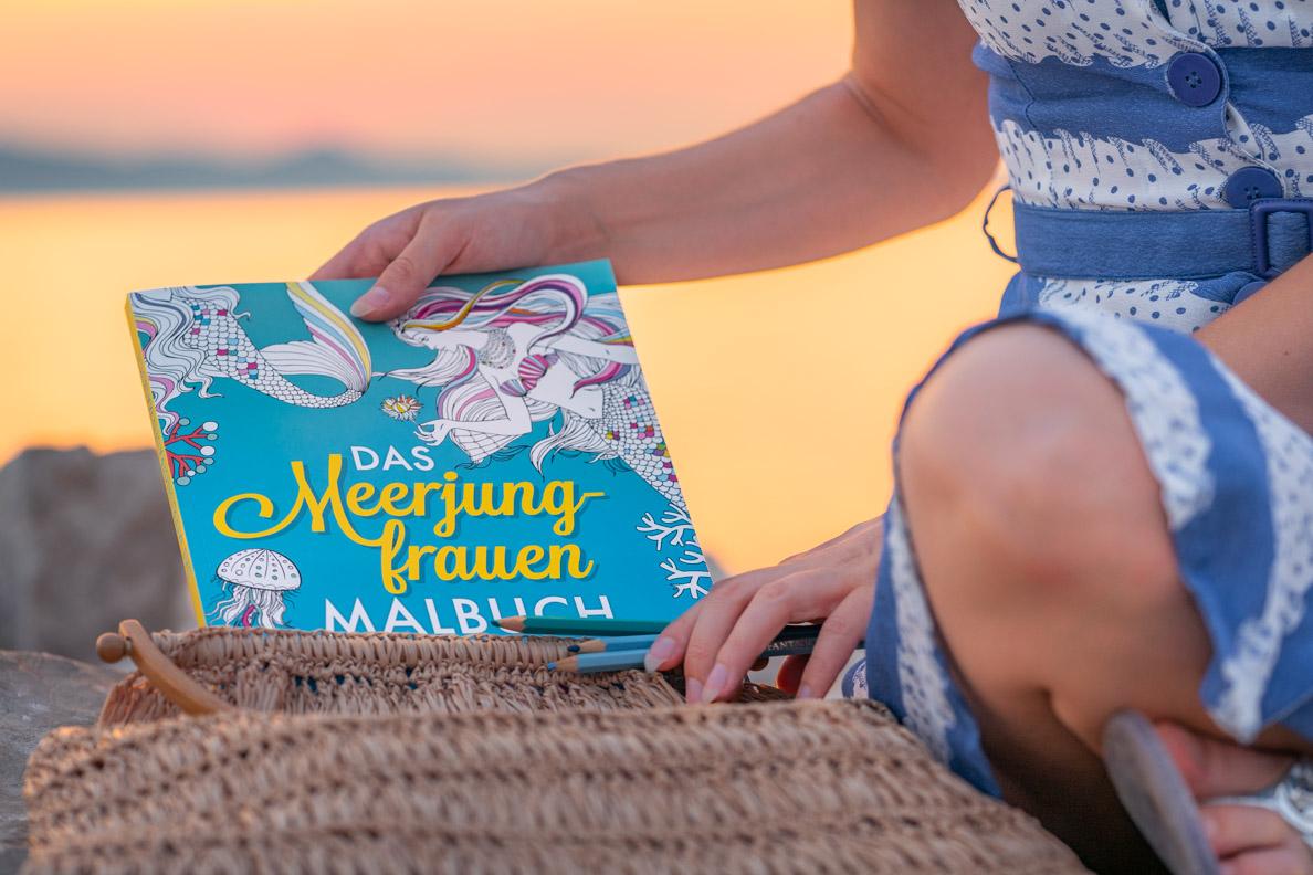 RetroCat am Strand in Kroatien mit dem Meerjungfrauen Malbuch