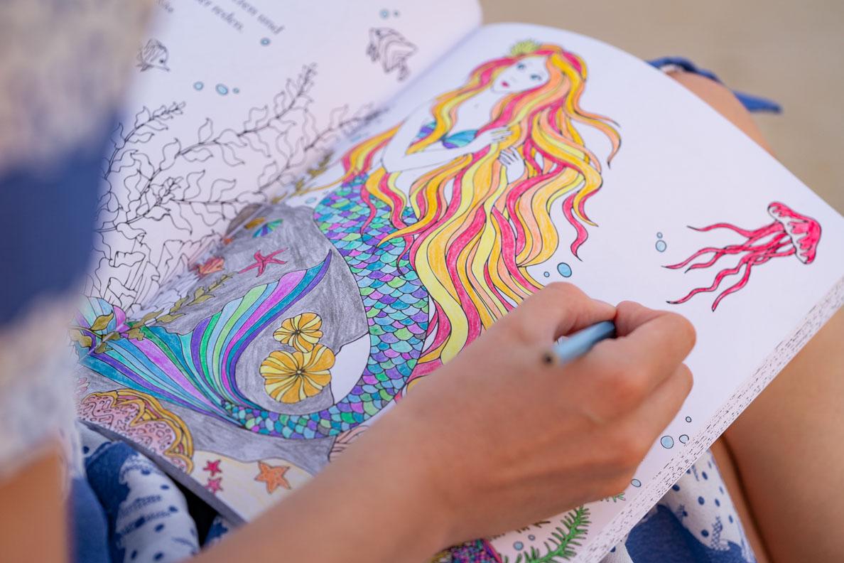 Lifestyle- und Buch-Bloggerin RetroCat mit dem Meerjungfrauen Malbuch beim Ausmalen