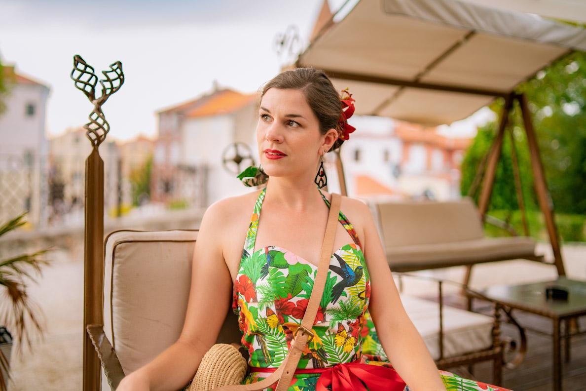 Vintage- und Beauty-Bloggerin RetroCat mit dem Tropenwald Kleid von Belle Couture und einem klassischen Retro-Make-up