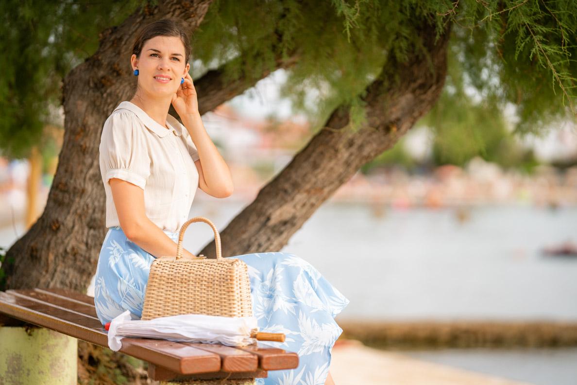 Bloggerin RetroCat mit einem 40er-Jahre-Outfit und einem natürlichen Make-up