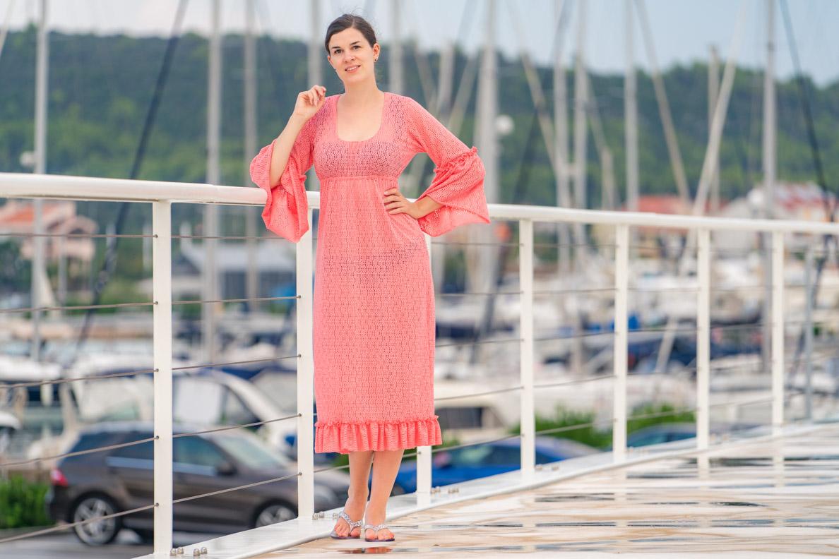 Vintage-Mode-Bloggerin RetroCat in einem Strandkleid von Grünten Mode im Stil der 60er-Jahre
