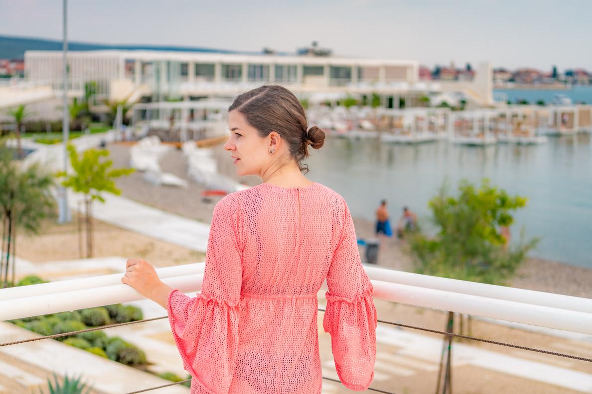 Vintage-Bloggerin RetroCat in einem rosa Strandkleid von Grünten Mode in Kroatien