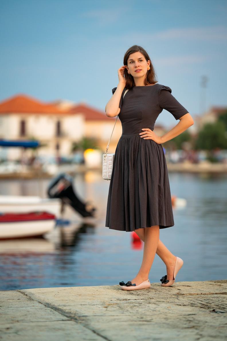 Vintage-Bloggerin RetroCat mit einem grauen Retro-Kleid von Von 50' am Hafen