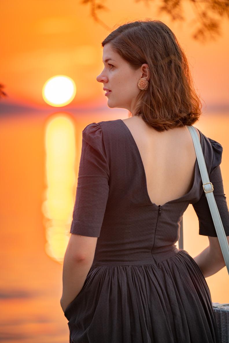 Bloggerin RetroCat trägt ein graues Sommerkleid mit tiefem Rückenausschnitt und passende Vintage-Accessoires von Glitter Paradise