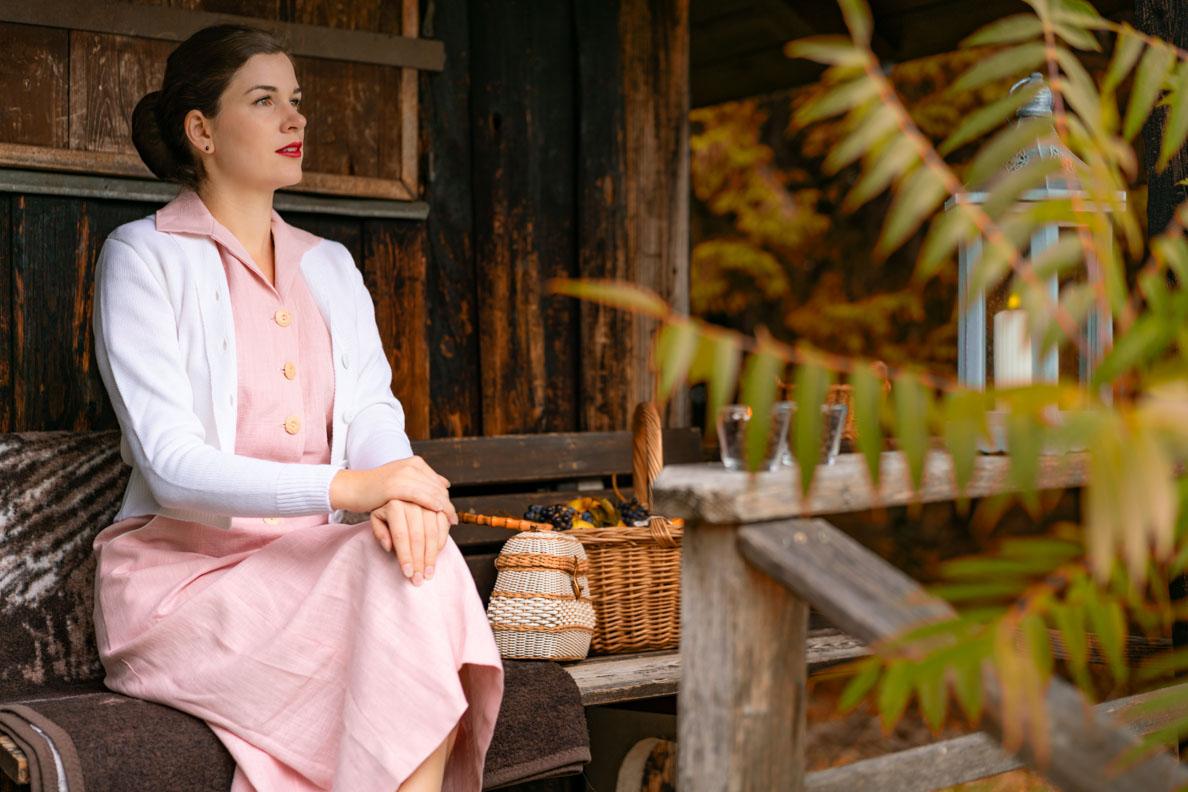 Vintage-Bloggerin RetroCat mit einem rosa Leinen-Kleid und dem Jenny Cardigan von Vivien of Holloway