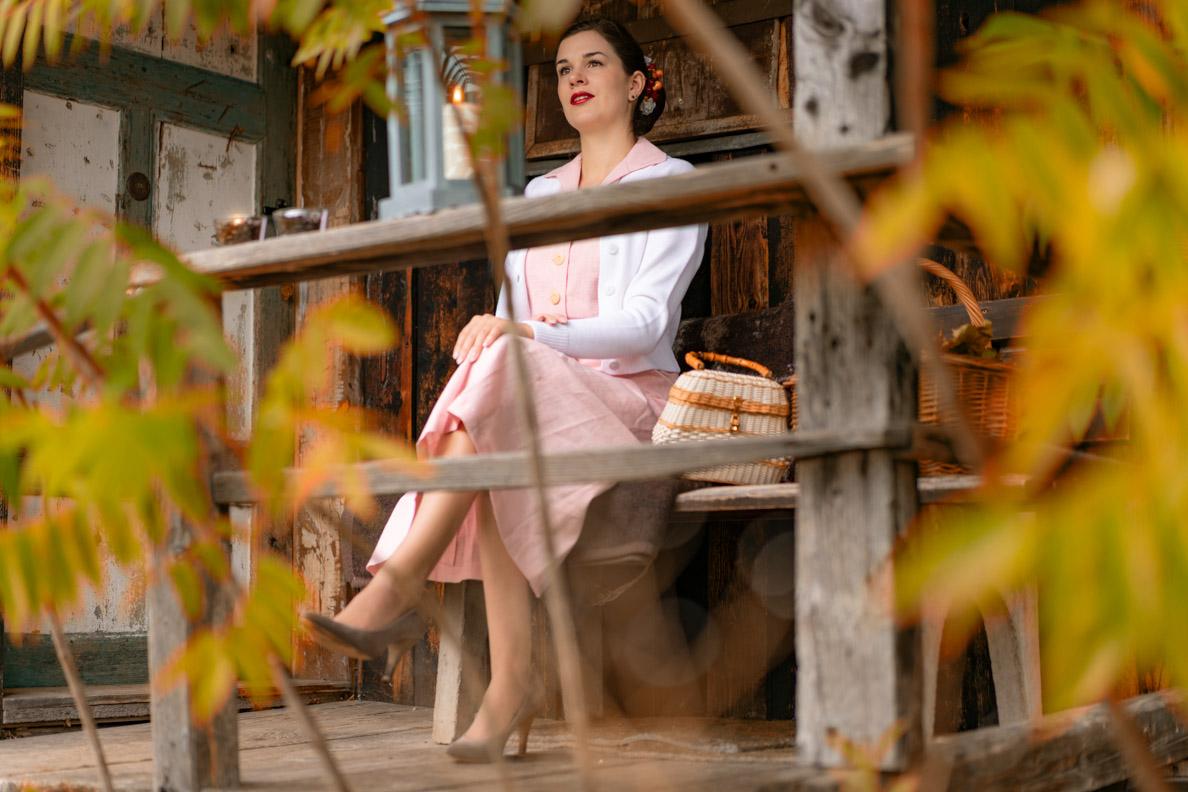 Mode-Bloggerin RetroCat in einem herbstlichen Retro-Outfit bei einer gemütlichen Hütte