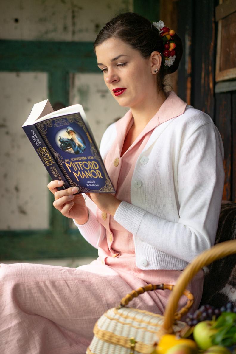 """Buch-Bloggerin RetroCat mit dem Buch """"Die Schwestern von Mitford Manor - Unter Verdacht"""" von Jessica Fellowes"""