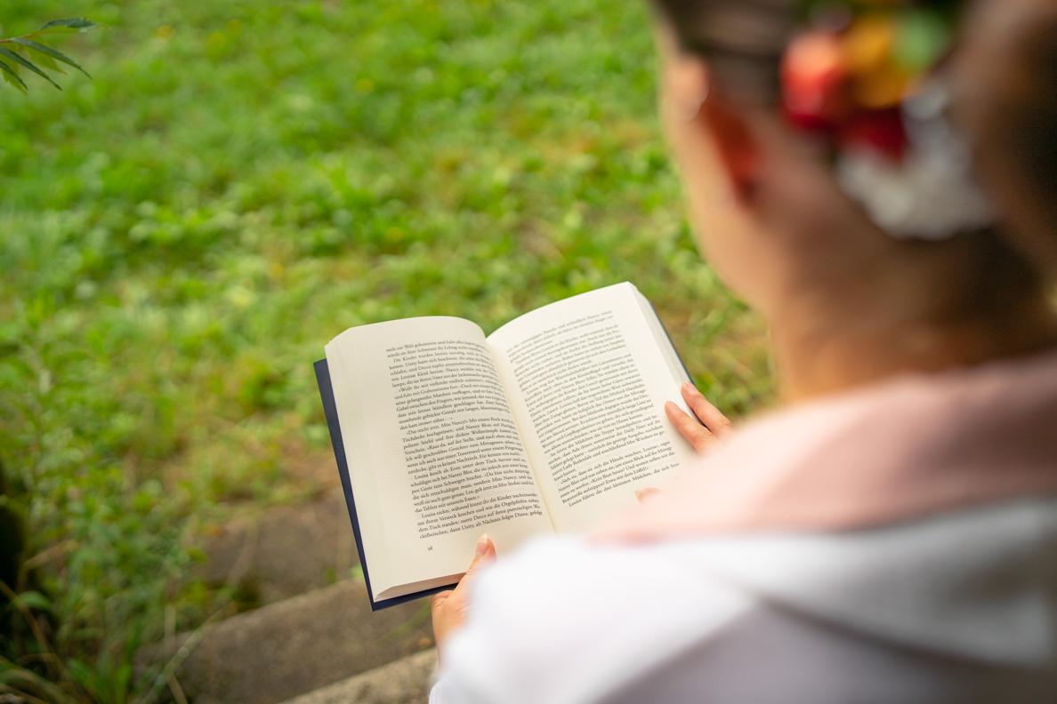 """RetroCat beim Lesen von """"Die Schwestern von Mitford Manor - Unter Verdacht"""""""