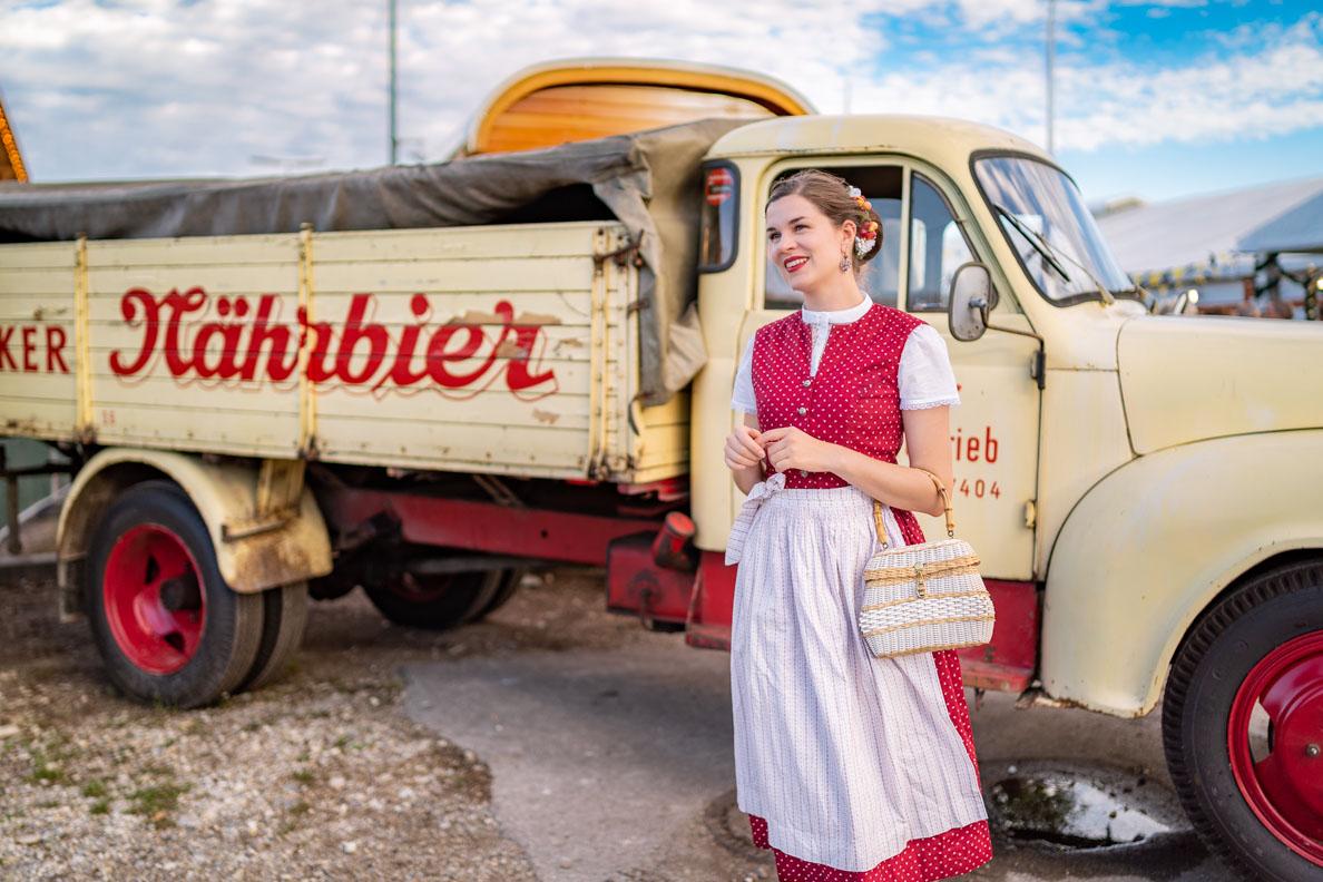 Vintage-Mode-Bloggerin RetroCat mit Dirndl vor einem Biertransporter