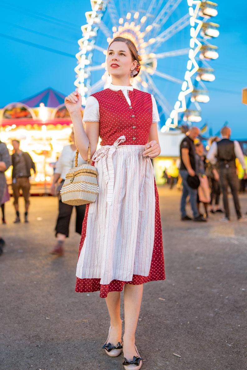 Vintage-Bloggerin RetroCat mit Dirndl vor dem Riesenrad auf dem Oktoberfest in München