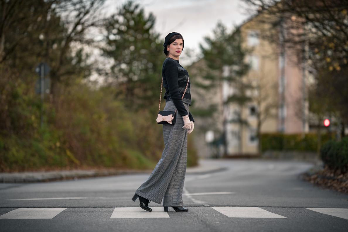 Fashion-Bloggerin RetroCat mit einem Büro-Outfit im Retro-Stil bestehend aus Stoffhose und Blazer