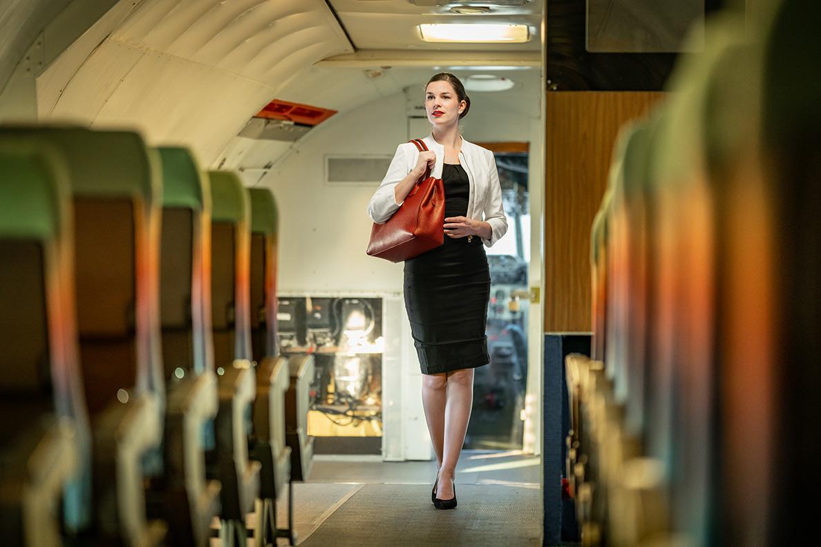 Vintage-Bloggerin in einem Casual Business Outfit - perfekt für Geschäftsreisen