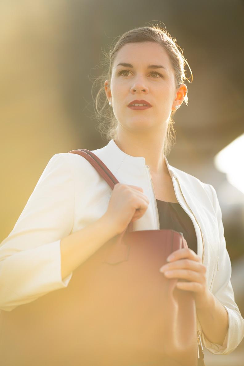 Bloggerin RetroCat mit weißer Lederjacke und großer Furla-Tasche