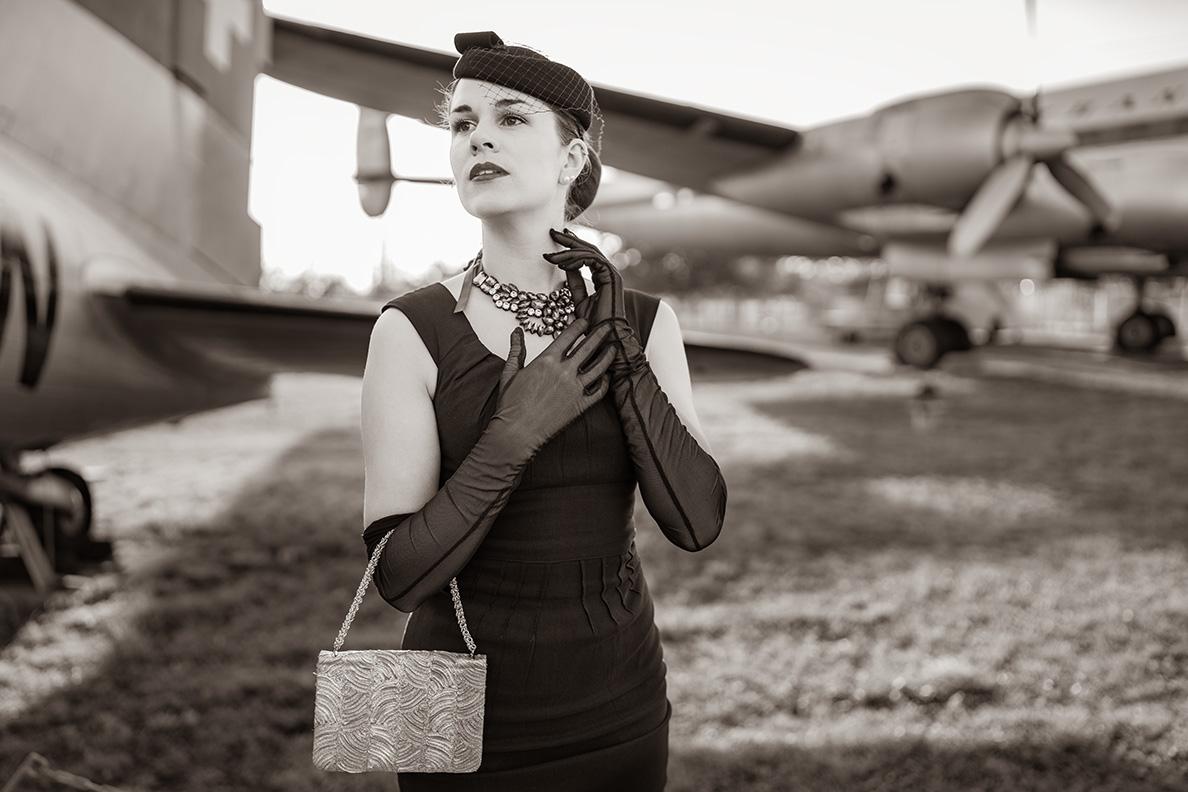 Vintage-Mode-Bloggerin RetroCat trägt ein Kleines Schwarzes und glamouröse Accessoires