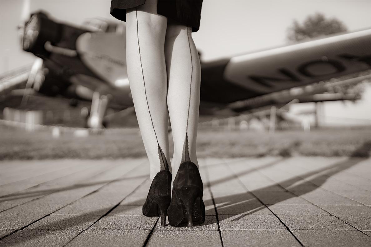 Vintage-Bloggerin RetroCat mit den Dita Glamour Nahtstrümpfen von Secrets in Lace und schwarzen Pumps