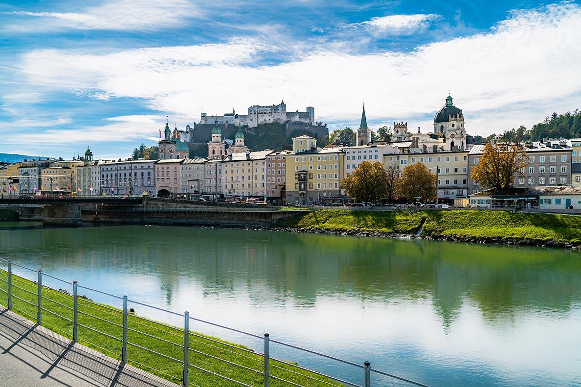 Die Salzach mit Blick auf die Festung in Salzburg
