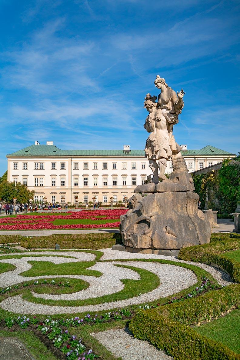Der Mirabellgarten mit Schloss Mirabell im Hintergrund in Salzburg