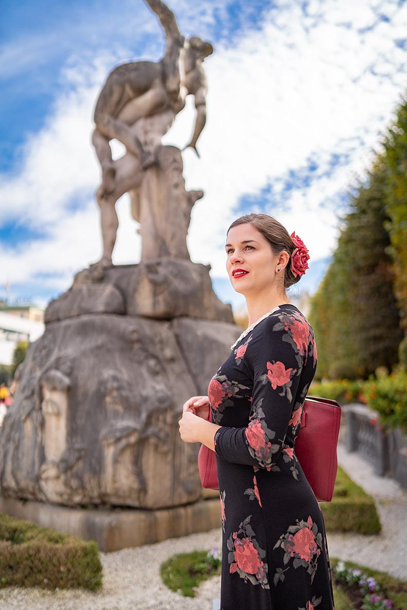 RetroCat vor einer Statue im Mirabellgarten in Salzburg
