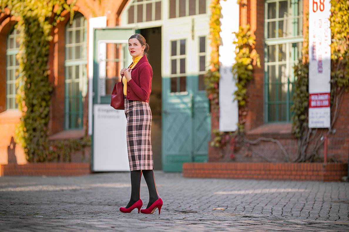 Fashion-Bloggerin RetroCat mit Bleistiftrock und Strümpfen von Calzedonia