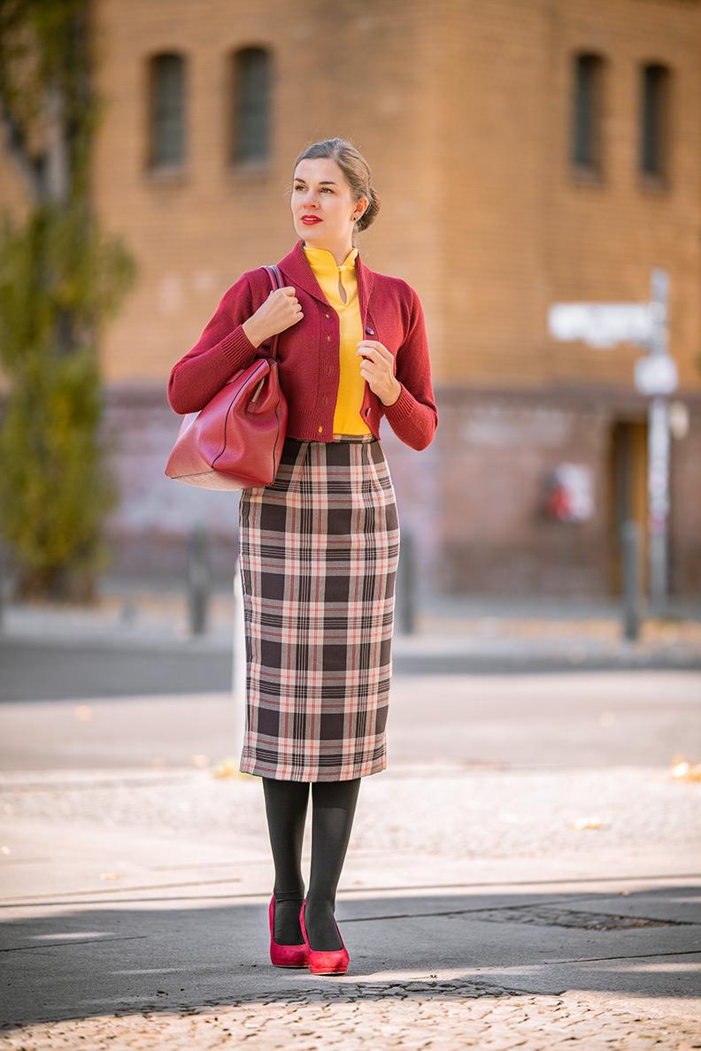 Vintage-Mode-Bloggerin RetroCat mit einem Pencil Skirt alltagstauglich gestylt