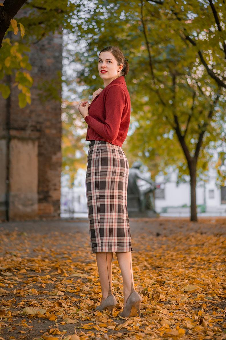 Bloggerin RetroCat mit Carigan, Pencil Skirt und Nahtstrümpfen von Secrets in Lace