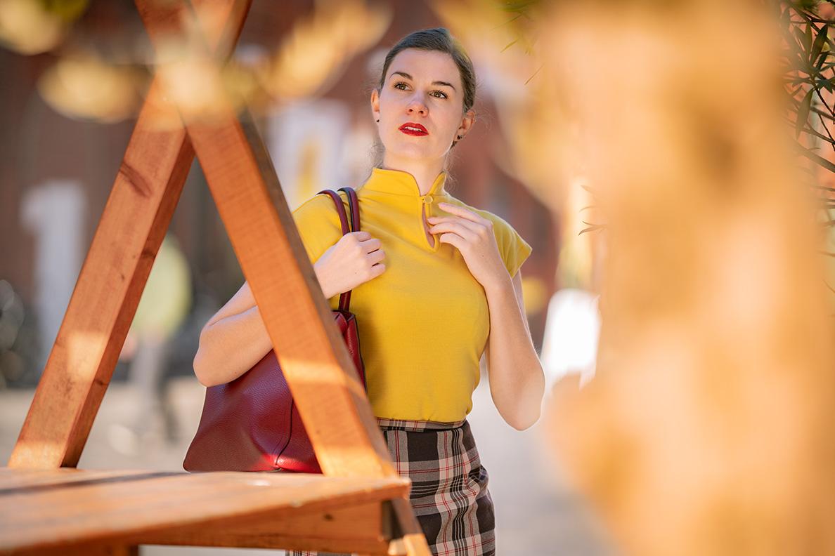 Sandra vom Fashion Blog RetroCat mit einem gelben Top von Vivien of Holloway und einer Tasche von Furla