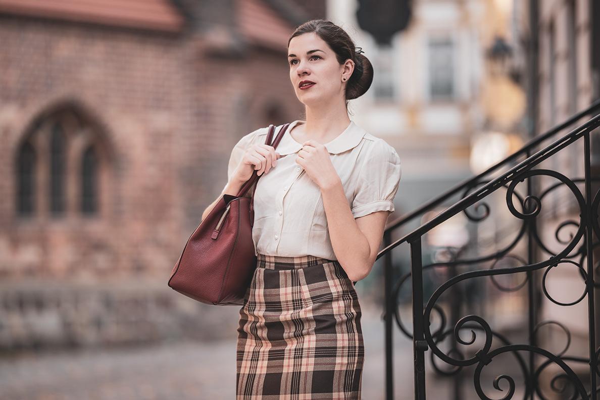 Sandra vom Vintage-Blog RetroCat mit einer 40er-Jahre-Bluse von The Seamstress of Bloomsbury und einer Furla-Tasche
