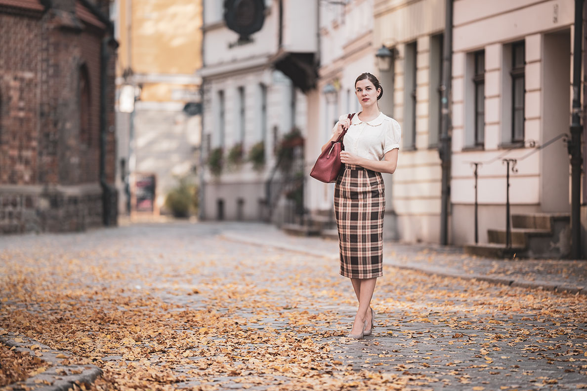 Vintage-Bloggerin RetroCat in einem Pencil Skirt im Retro-Stil von Vivien of Holloway