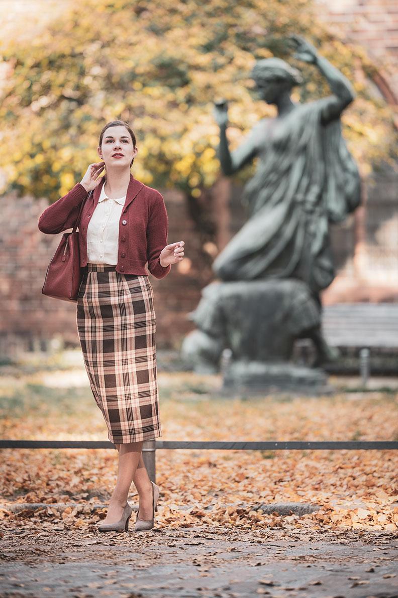 Vintage-Bloggerin RetroCat mit 40er-Jahre-Bluse, Pencil Skirt und einem Retro-Cardigan