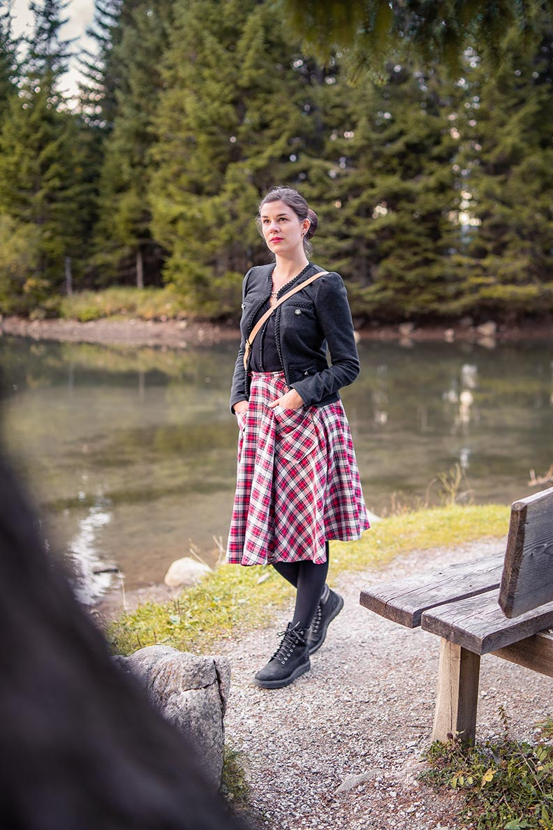 RetroCat in einem Retro-Wander-Outfit am Almsee in der Nähe von Filzmoos