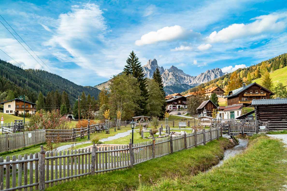 Das malerische Dorf Filzmoos in den österreichischen Alpen