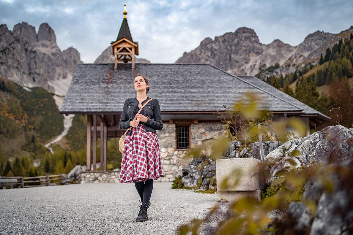 Vintage-Bloggerin RetroCat bei einer Kapelle in den österreichischen Alpen