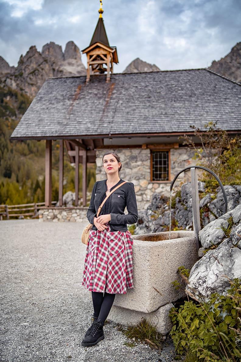 Vintage-Bloggerin RetroCat in einem stilvollen Wander-Outfit in den Alpen