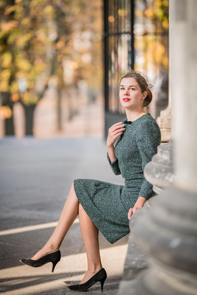 RetroCat in enem grünen Kleid von Gracy Q
