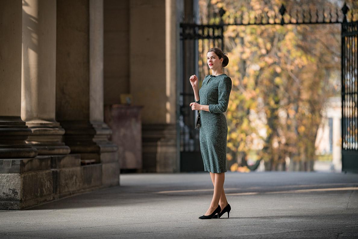 Vintage-Bloggerin trägt ein grünes Kleid von Gracy Q in Berlin