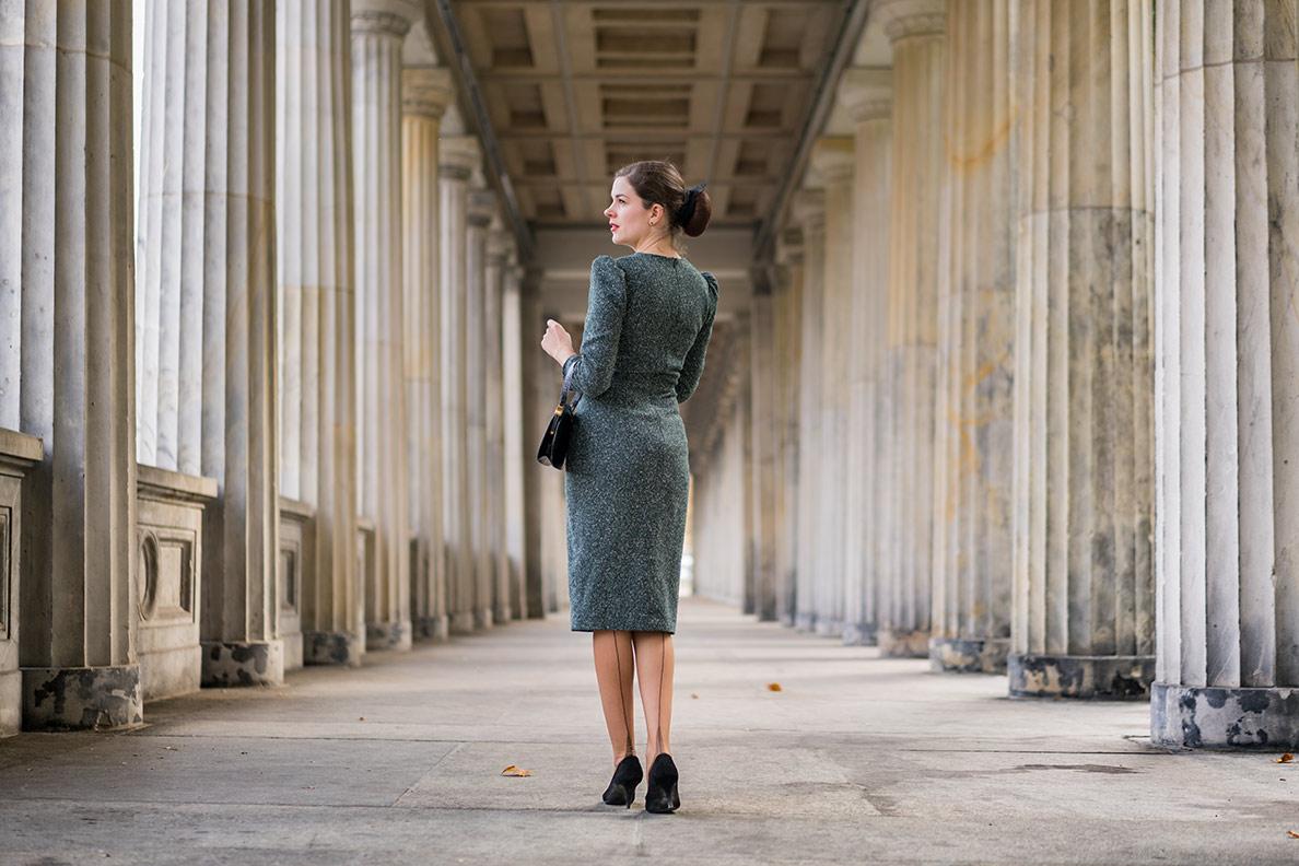 Vintage-Mode-Bloggerin RetroCat mit grünem Kleid und den Elegance French Heel Strümpfen von Secrets in Lace