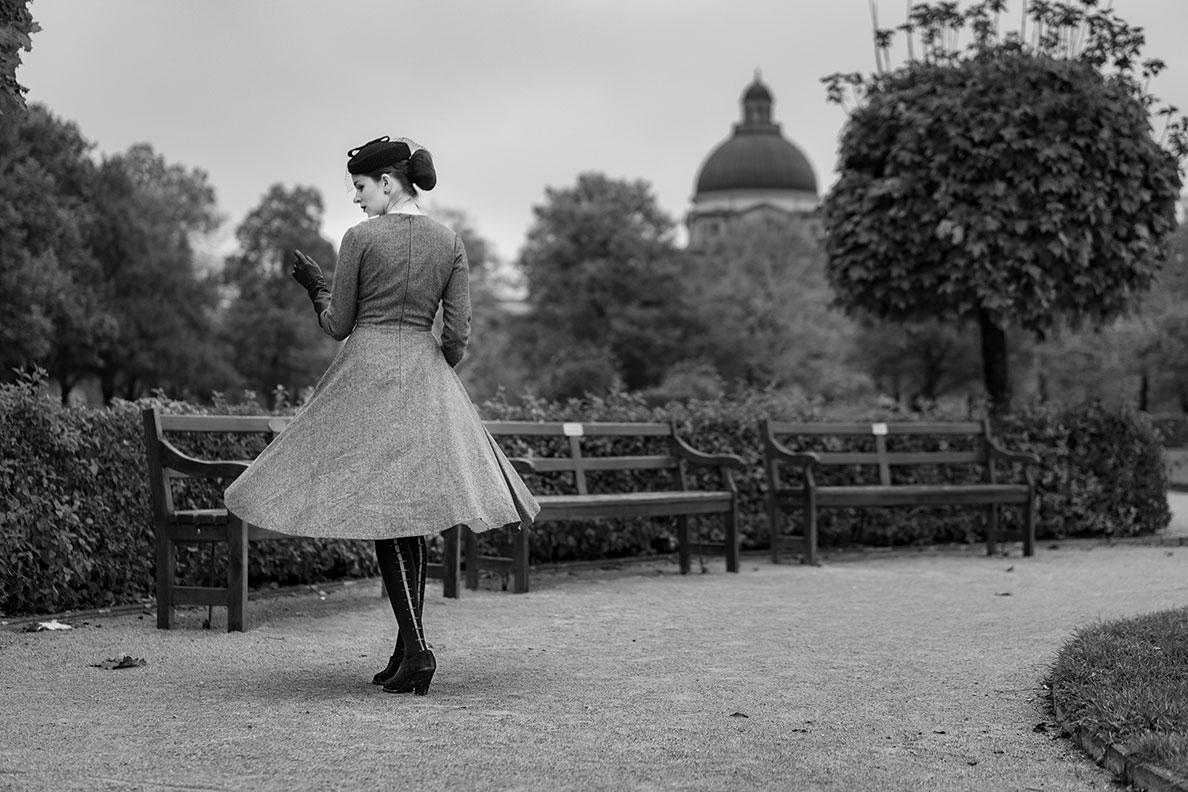 Vintage-Mode-Bloggerin und Mannequin RetroCat in einem grauen Retro-Kleid mit schwingendem Rock