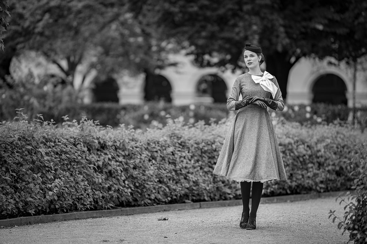 Vintage-Bloggerin und Mannequin RetroCat in einem klassischen grauen Winter-Kleid im Vintage-Stil von Gracy Q