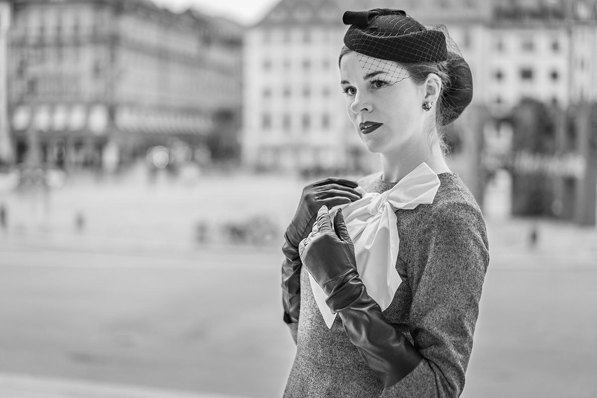 Vintage-Bloggerin RetroCat mit langen schwarzen Vintage-Lederhandschuhen von Fräulein Anders