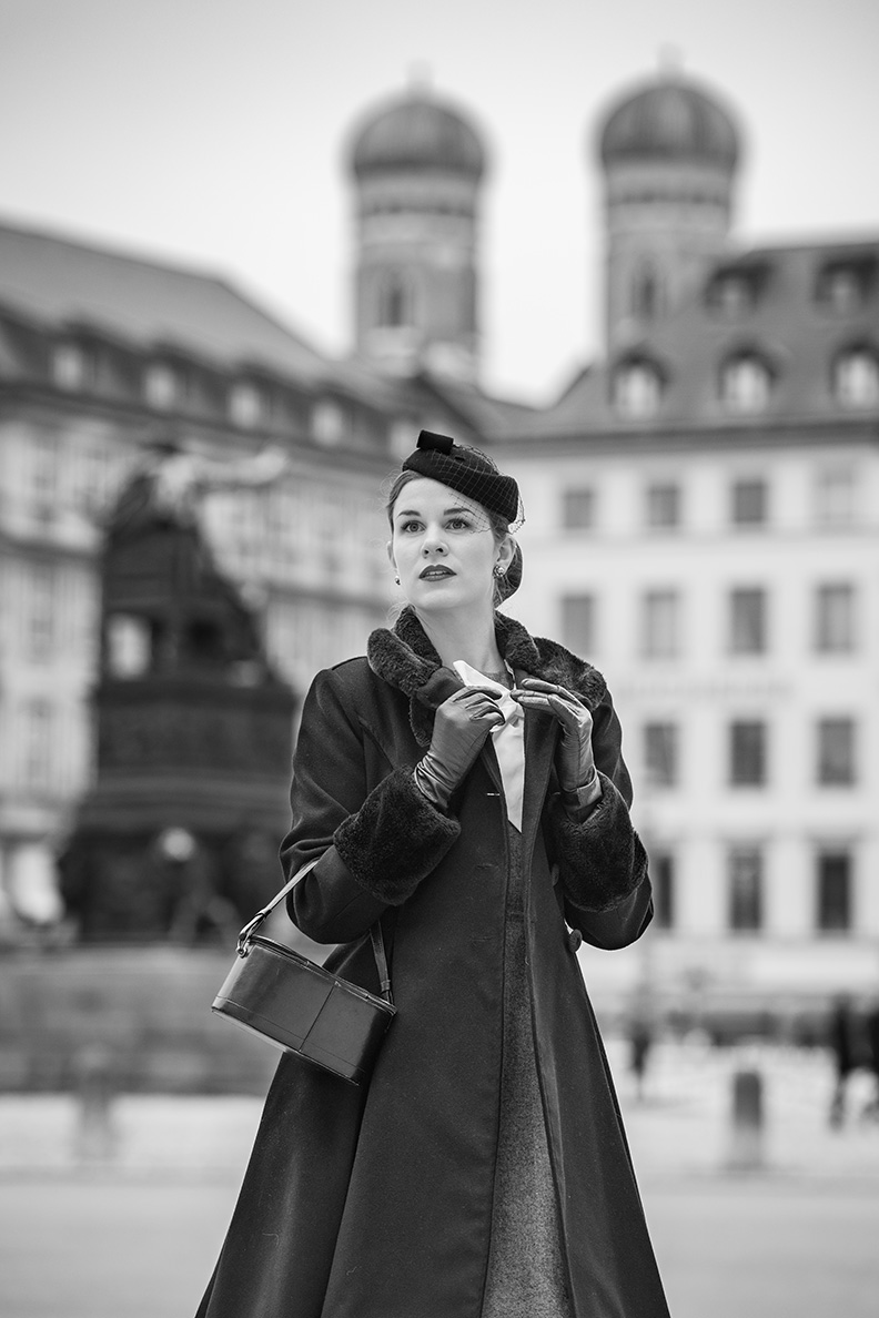 Die Münchner Bloggerin RetroCat mit Retro-Mantel von Hell Bunny und einem Fascinator