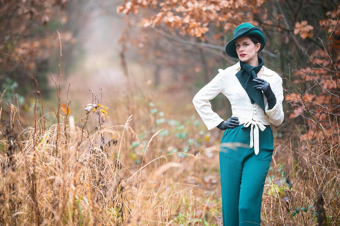 Vintage-Bloggerin RetroCat mit Marlene-Hose und weißer Bluse im Stil der 30er und 40er