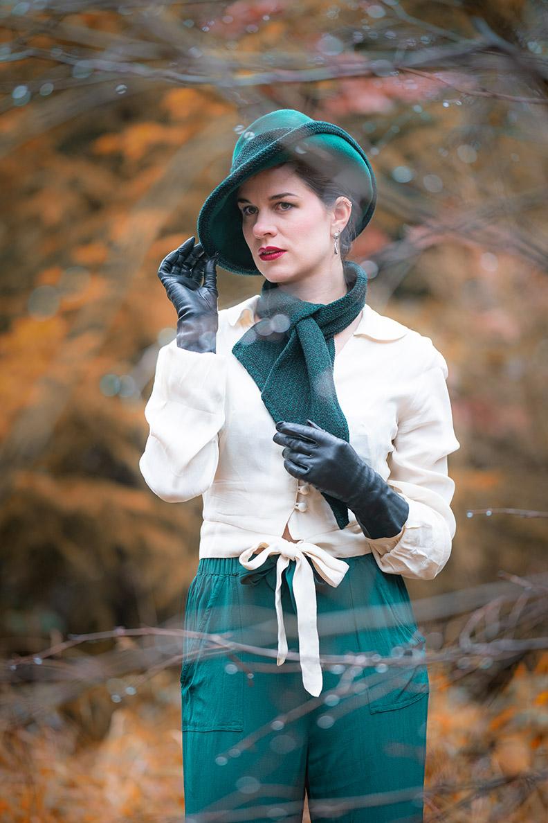 RetroCat mit Marlene-Hose, Bluse und Accessoires im Stil der 30er und 40er
