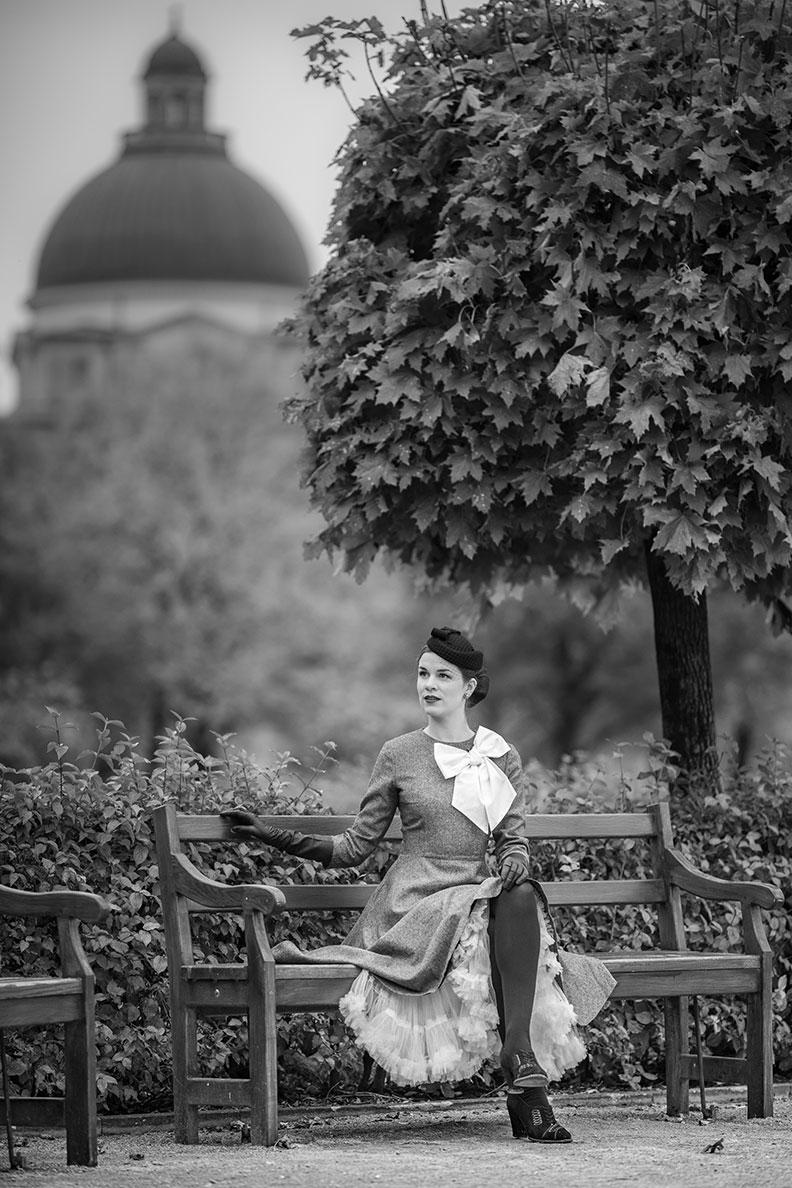 Fashion-Bloggerin RetroCat mit grauem Retro-Kleid und weißem Petticoat in München