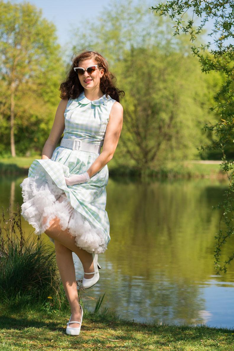 Vintage-Bloggerin RetroCat mit einem hervorblitzenden Petticoat